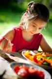 女孩快乐惊奇的鲜美对蔬菜 库存照片