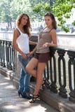 女孩性感的二个年轻人 免版税库存图片