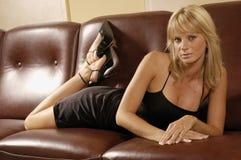 女孩性感的沙发 免版税库存照片