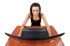 女孩惊奇查看膝上型计算机屏幕 免版税库存照片