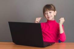 女孩惊奇看膝上型计算机 免版税库存图片