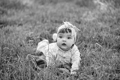 女孩惊奇 婴孩逗人喜爱的女孩草绿色 库存图片