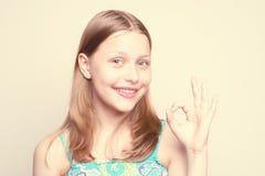 女孩愉快微笑青少年 免版税图库摄影