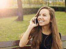 女孩愉快电话联系 图库摄影