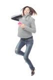 女孩愉快的上涨听音乐年轻人 免版税库存照片