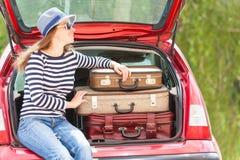 女孩愉快的儿童旅行手提箱汽车夏天风景 免版税库存图片