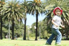 女孩愉快的公园运行中 免版税库存图片