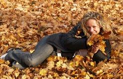 女孩愉快的叶子槭树 库存照片