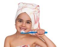 女孩愉快的小的牙刷 免版税库存图片