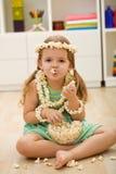 女孩愉快的小的玉米花 免版税库存照片