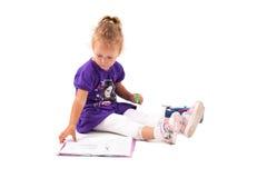 女孩愉快的小的笔记本 免版税库存照片