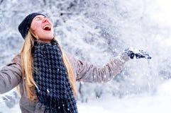 女孩愉快的微笑的冬天 免版税库存照片