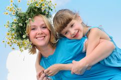 女孩愉快的母亲 免版税图库摄影