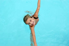 女孩愉快的池微笑的游泳 免版税库存图片