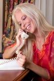 女孩愉快的电话 免版税库存图片