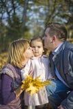 女孩愉快的矮小的父项 免版税图库摄影