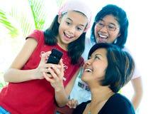 女孩愉快的笑的年轻人 免版税库存图片