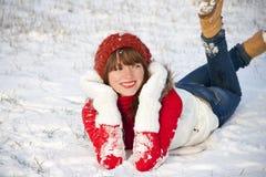 女孩愉快的纵向微笑的冬天 免版税库存照片