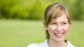 女孩愉快的纵向年轻人 免版税库存图片