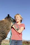 女孩愉快的羊羔 免版税库存图片