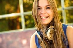 女孩愉快的耳机 免版税库存图片
