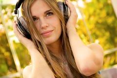 女孩愉快的耳机 图库摄影