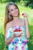 女孩愉快的草莓 库存图片