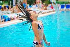 女孩愉快的跳出的水年轻人 免版税图库摄影