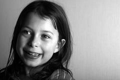 女孩愉快的面带笑容 免版税库存照片