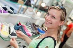 女孩愉快的鞋子购物 免版税库存照片