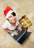 女孩愉快膝上型计算机微笑 免版税库存图片
