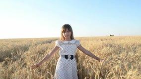 女孩感人的棕榈黄色麦子 股票录像