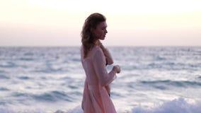 女孩感到自由在海滩 股票录像