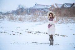 女孩感觉在雪的寒冷 免版税图库摄影
