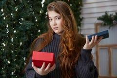 女孩感觉打开圣诞礼物感觉  库存图片