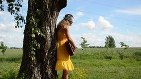 女孩戏剧吉他树 影视素材