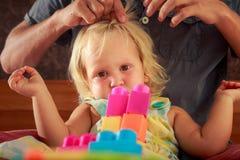 女孩戏剧玩具建设者父亲掠过她的头发特写镜头 库存图片