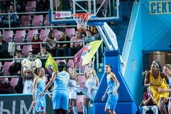 女孩戏剧篮球 免版税库存照片