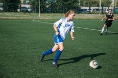 女孩戏剧足球 免版税图库摄影