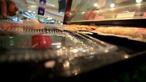 女孩手的关闭投入寿司容器,当 股票视频