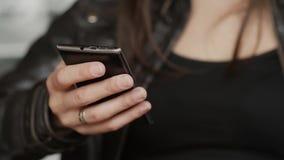 女孩手的特写镜头在现代咖啡馆使用一朵智能手机海浪坐的互联网 股票视频