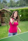 女孩打乒乓球 免版税图库摄影