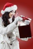女孩打开与奇迹光的礼物 库存图片