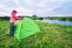 女孩打开帐篷的窗口 图库摄影