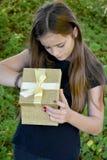 女孩打开礼物盒 库存照片