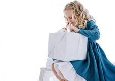 女孩打开礼物盒 免版税库存照片