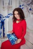 女孩打开礼物 免版税库存图片