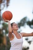 女孩打篮球 免版税库存图片