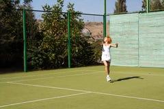 女孩打网球 免版税库存照片