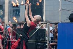 女孩执行了一个舞蹈与灼烧的火炬, 免版税库存图片